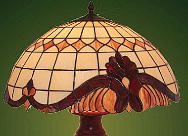 Krásné vitrážové lampy Tiffany se stanou ozdobou vašeho obýváku či ložnice – ručně varáběná svítidla jsou vždy originálním kouskem. FOTO: PK interiér