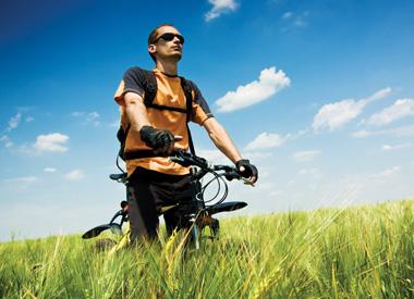 Trend elektrokol umožňuje i cyklistům s menší kondičkou, aby drželi krok se zdatnějšími přáteli nebo se pustili na delší výlety či do členitějšího terénu. Jejich nabídka je opravdu pestrá: můžete si vybrat z modelů do měst, skládací, horská i treková...