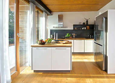 Kuchyně Dolti Magiq s ostrůvkem umístěným v prostoru, propojená s obývacím pokojem. Realizace u zákazníka.